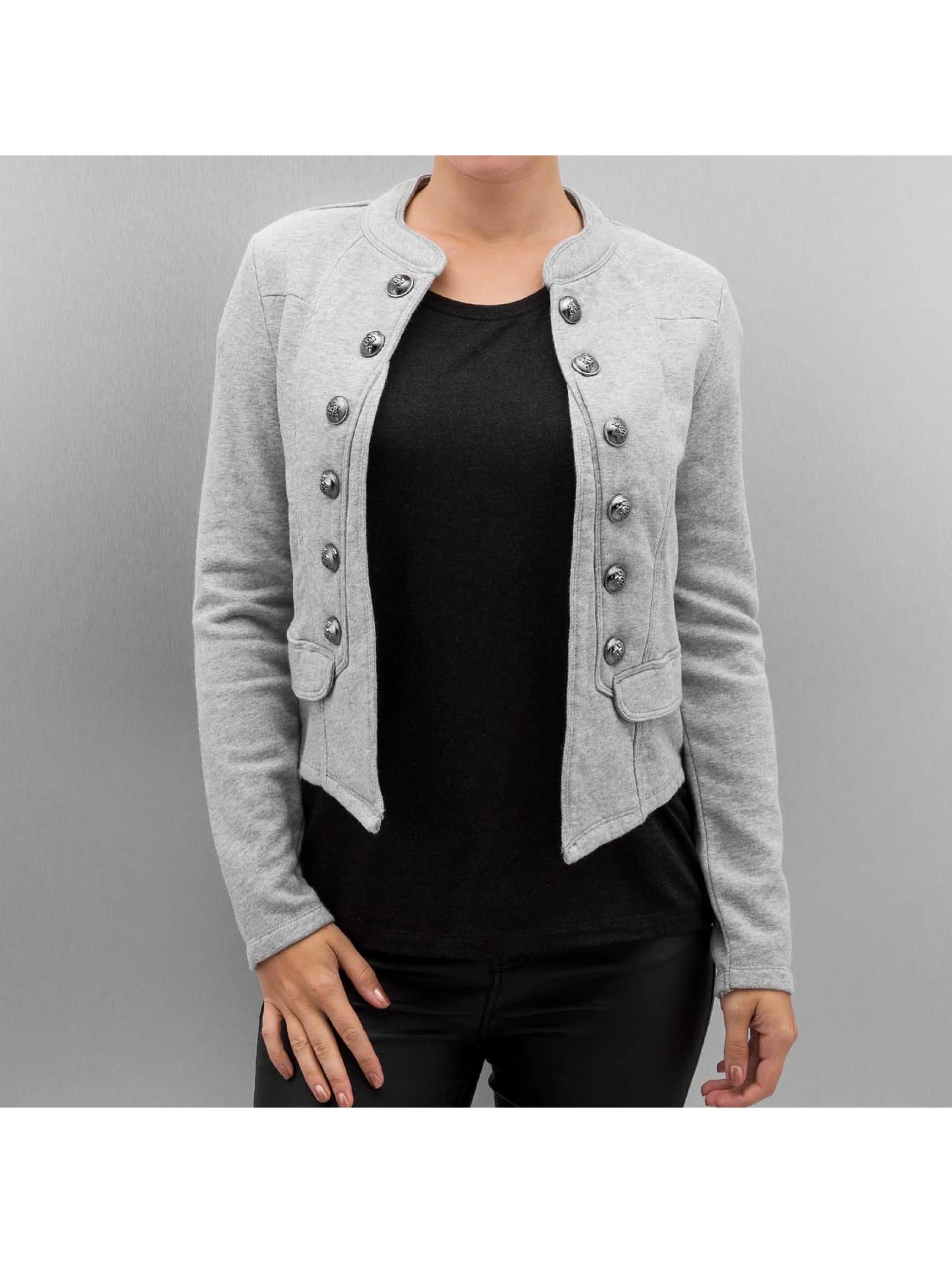 Veste femme La veste femme zippée et cintrée en polyester est le modèle de l'élégance sportswear. La veste tailleur est, quant à elle, destinée à compléter un pantalon en toute sobriété et discrétion, traduisant une image soignée, idéale pour une tenue de ceremonie.