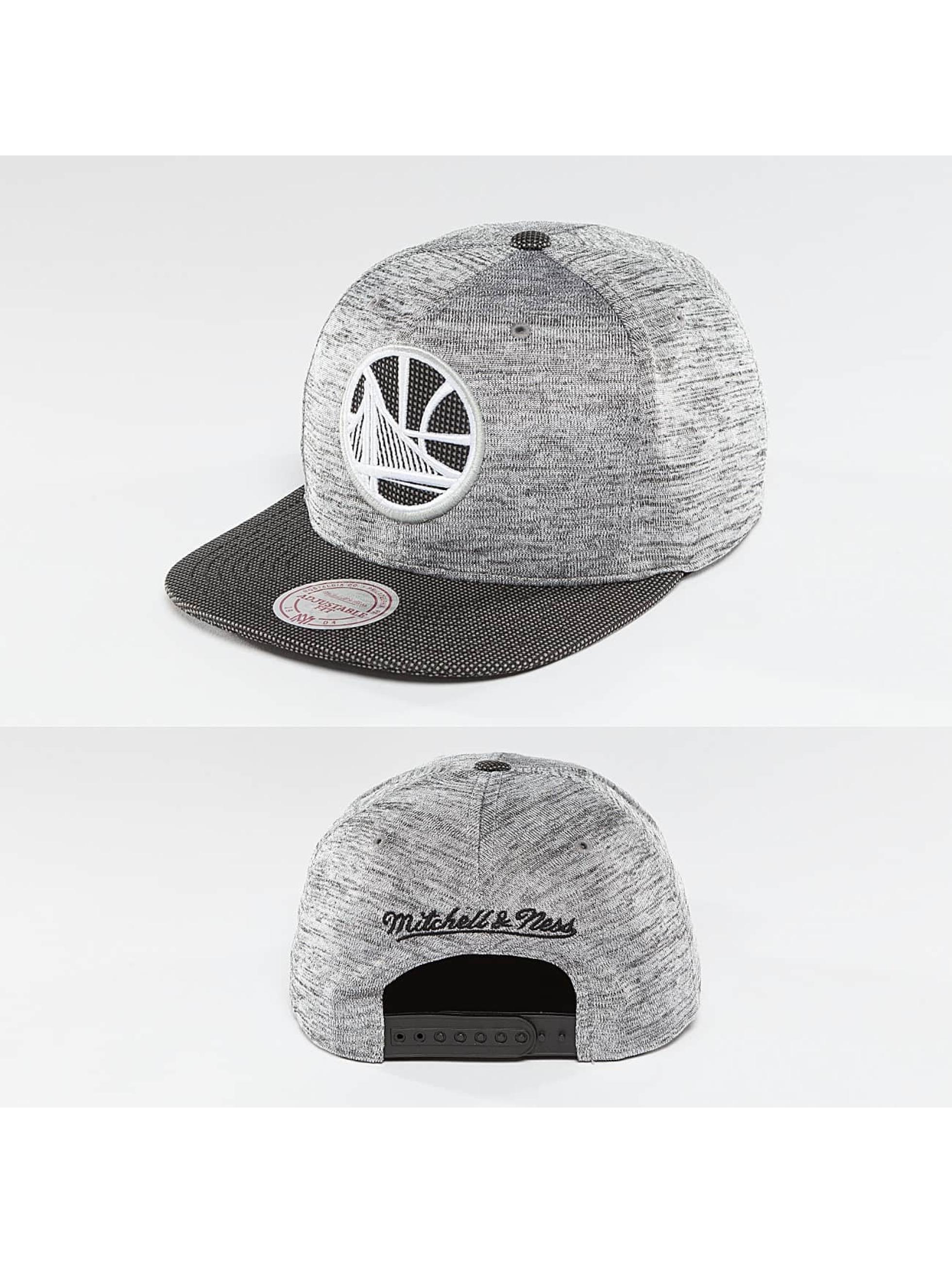 a8e2c981d93 Mitchell   Ness Snapbackkeps NBA Space Knit Crown PU Visor Golden State  Warriors grå