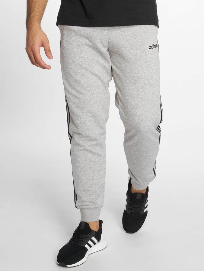 5478b25862527 adidas Performance   Essentials 3 Stripes gris Homme Pantalons de ...