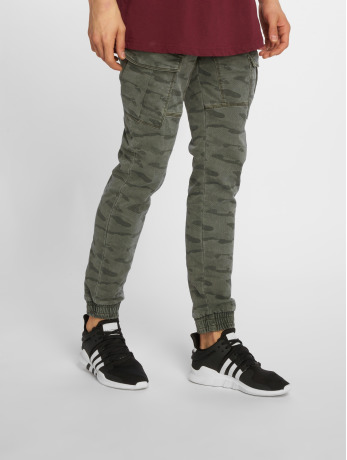 urban-surface-manner-cargohose-military-in-camouflage