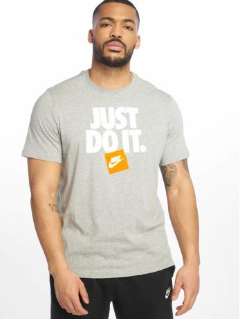 nike-manner-t-shirt-hbr-3-in-grau