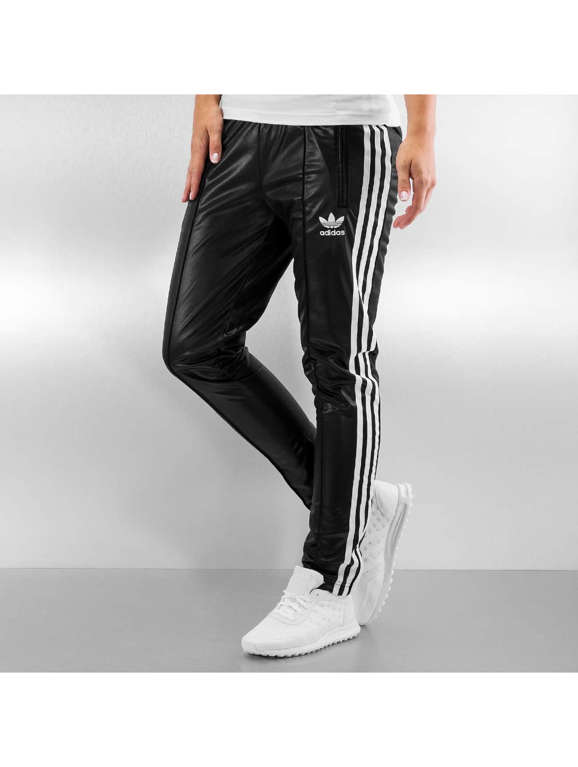 Zo Kun Je Jouw Adidas Trainingspak Met Je Dagelijkse Outfit Combineren | DefShop Blog Nederland ...