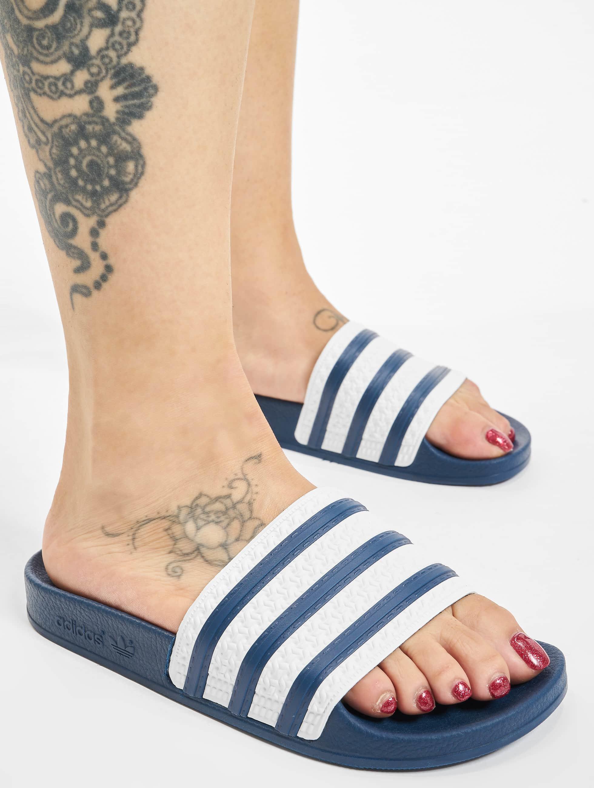 adidas Chaussures / Sandales Adilette en bleu