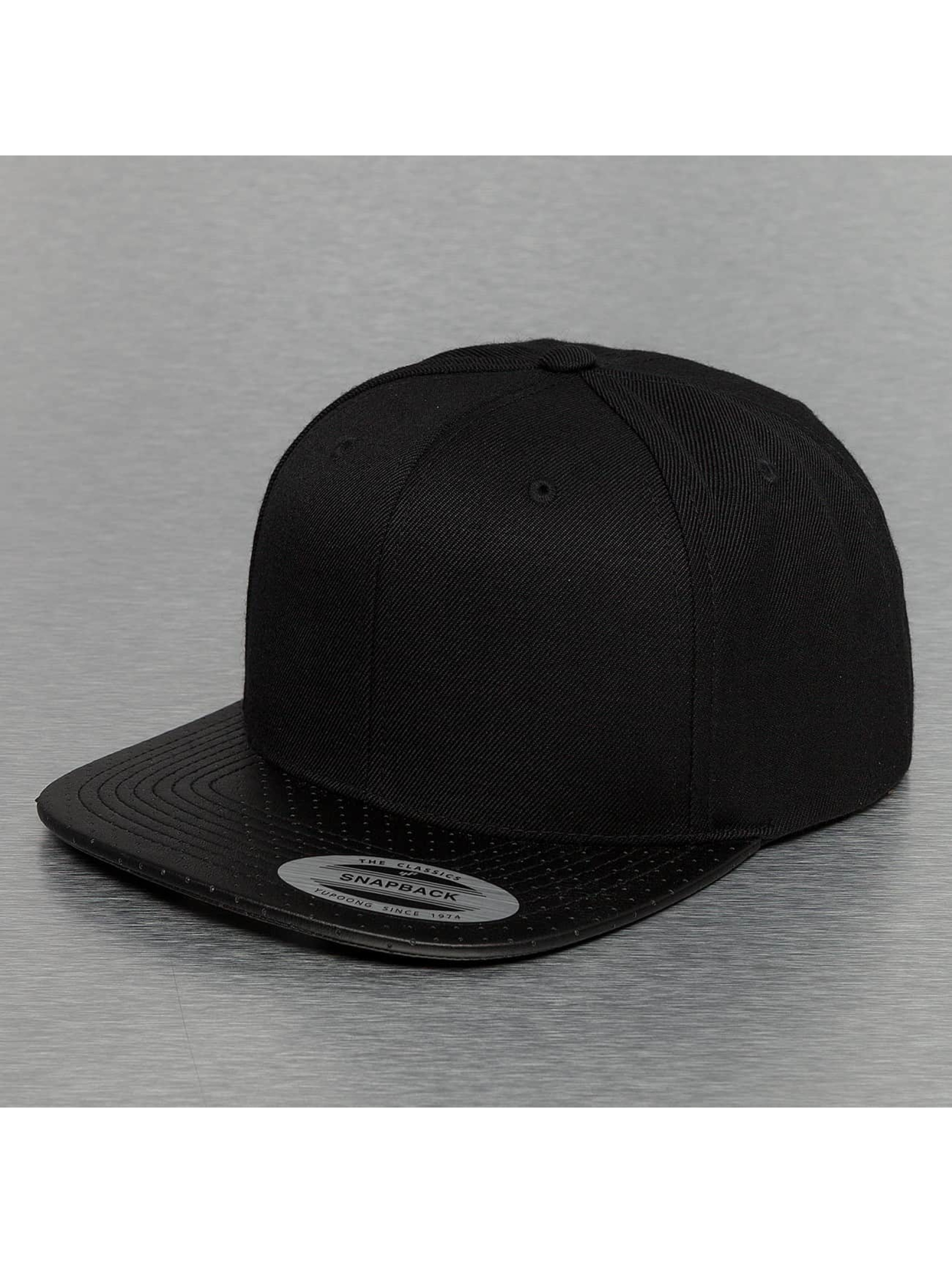 Snapback Cap Perforated Visor in schwarz