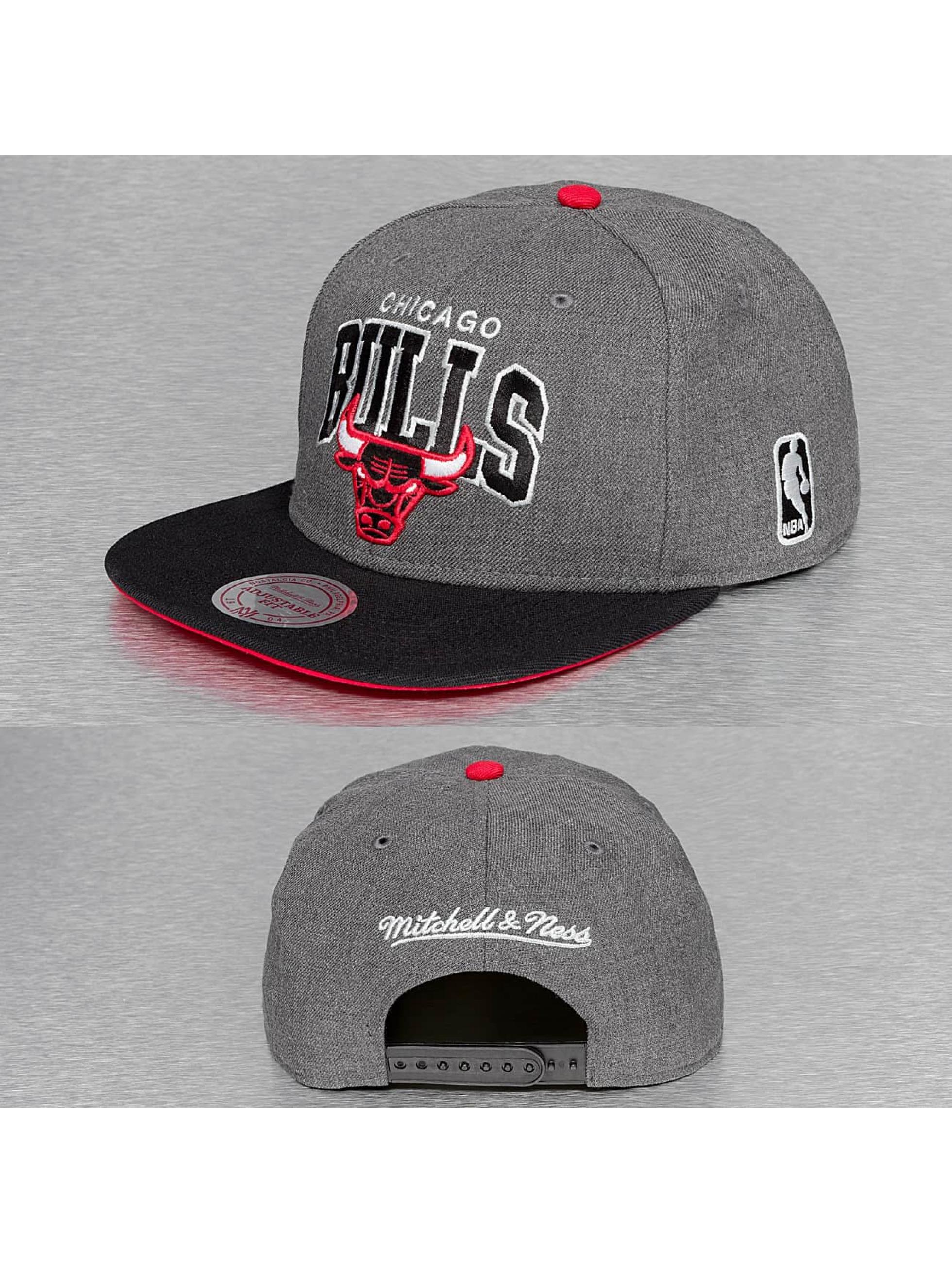 Mitchell & Ness Кепка с застёжкой G2 Team Arch Chicago Bulls серый