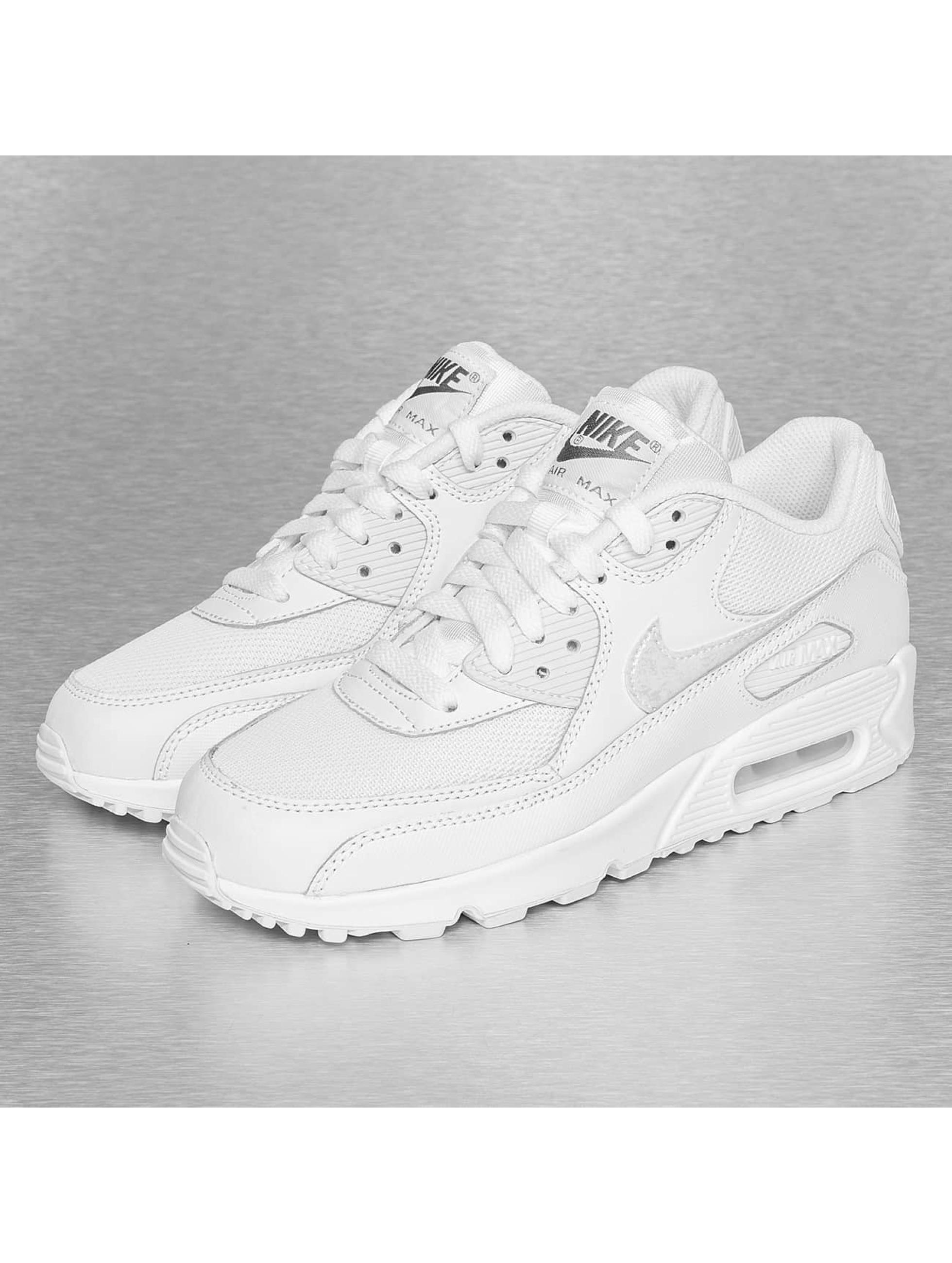 So werden Deine weißen Sneaker wieder sauber | Defshop Magazin