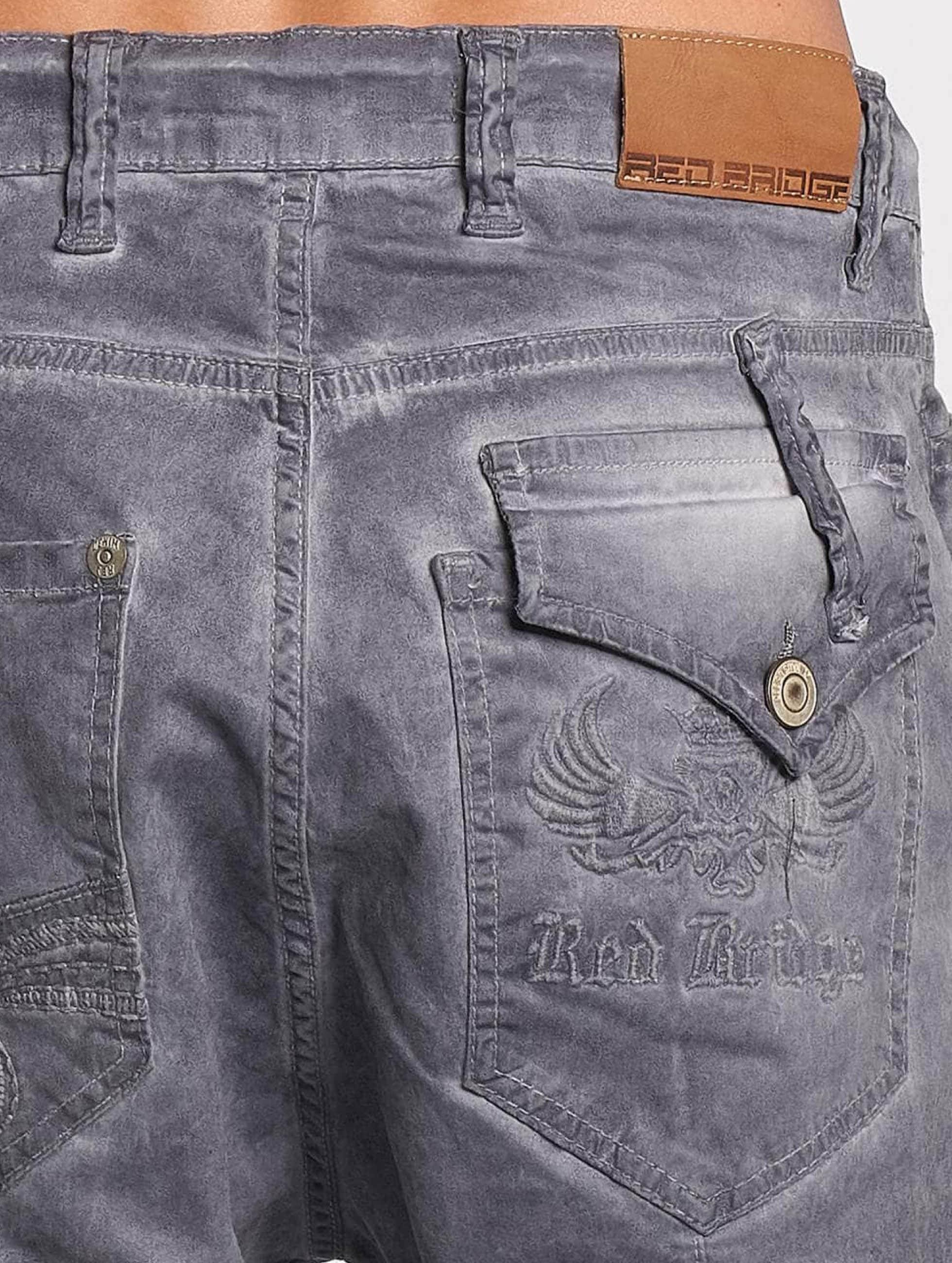 Red Bridge Straight Fit Jeans Emblem grau