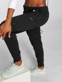 New Balance joggingbroek Essentials zwart