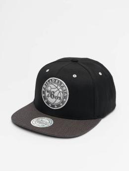 Mitchell & Ness Snapback Caps NBA Philadelphia 76ers Logo 2 Tone 110 Flat svart