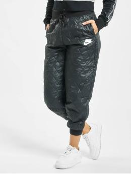 Nike Frauen Jogginghose Quilted in schwarz