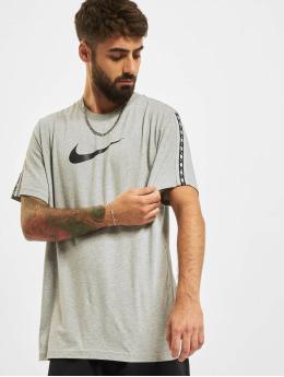 Nike T-Shirt Repeat grau