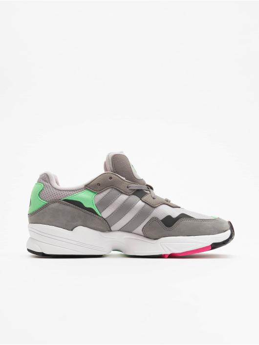 grå adidas sneakers