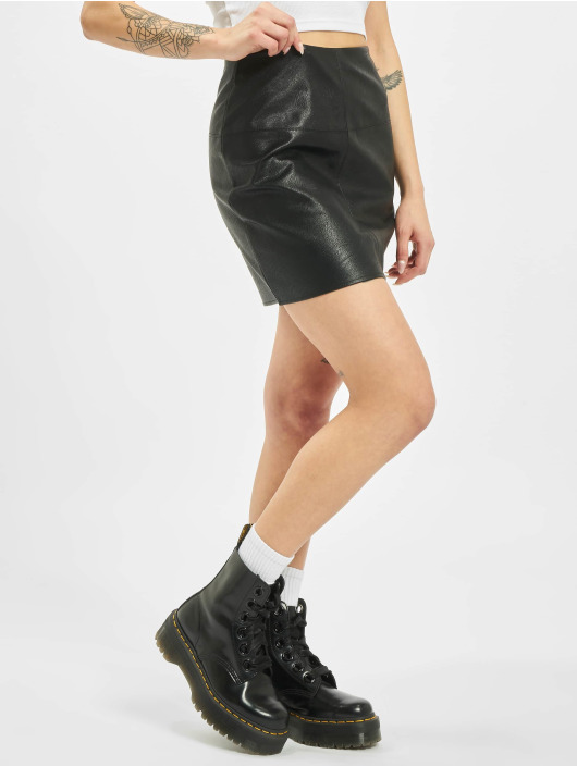 Missguided Sukně Petite Black Faux Leather Mini čern