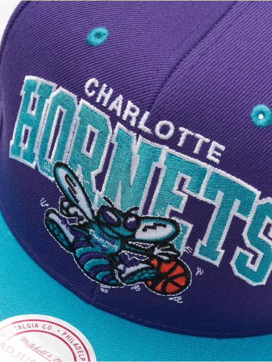 Mitchell & Ness Snapback Cap Charlotte Hornets HWC Team Arch viola