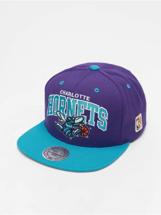 Mitchell & Ness Snapback Charlotte Hornets HWC Team Arch fialová