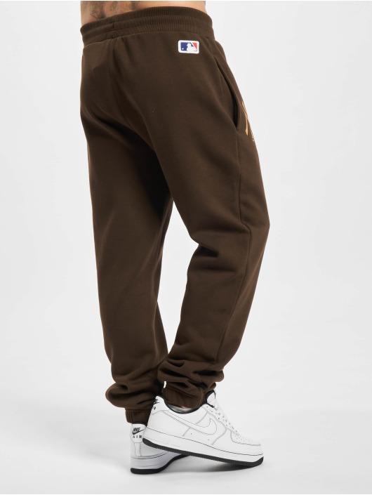 New Era Spodnie do joggingu MLB NY Yankees Seasonal Logo Relaxed brazowy
