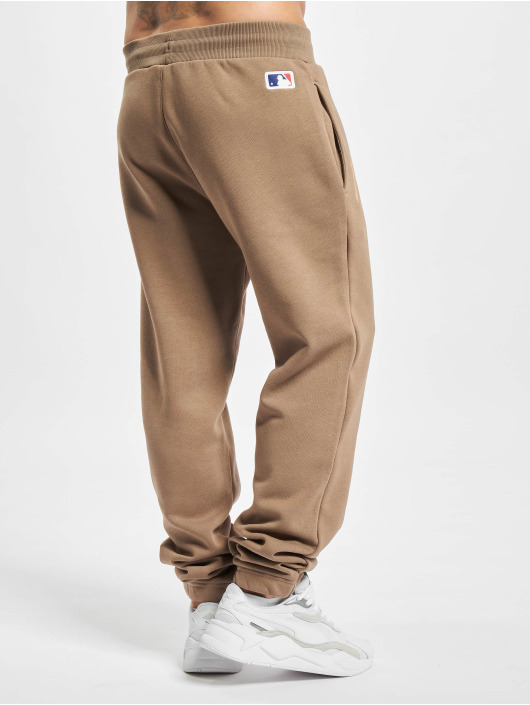 New Era Spodnie do joggingu New Era MLB NY Yankees Seasonal Logo Relaxed Sweat Pants brazowy