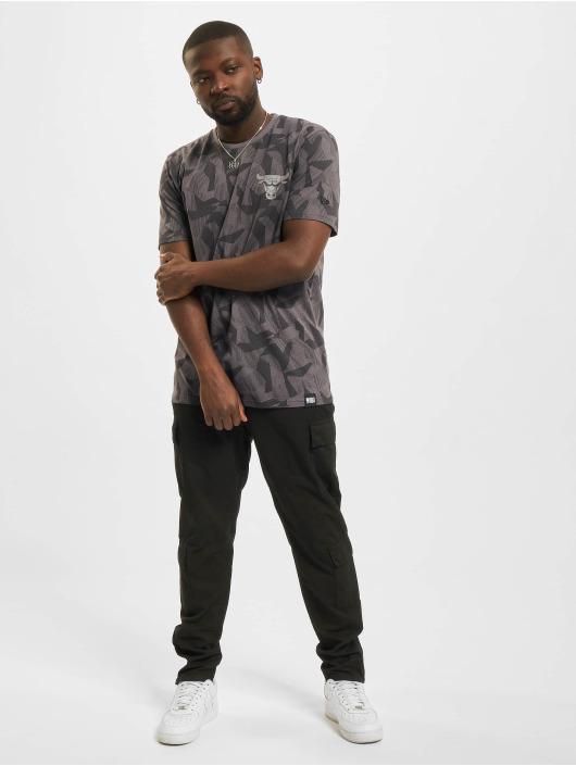 New Era t-shirt NBA Chicago Bulls Geometric Camo grijs