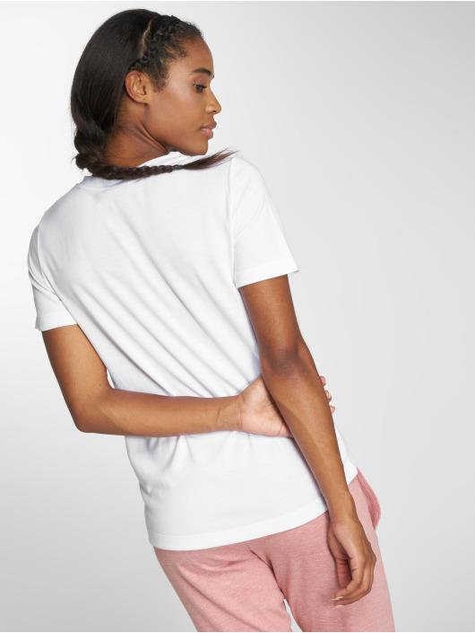 Nike T-shirts Sportswear Essential hvid