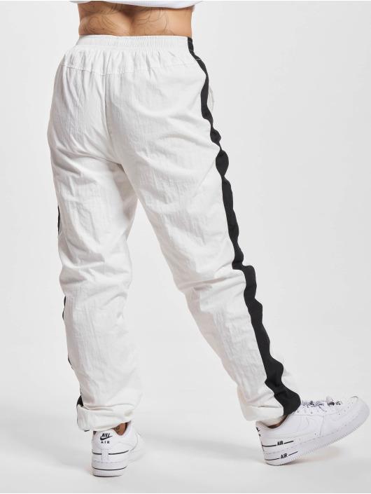 Urban Classics Spodnie do joggingu Striped Crinkle bialy