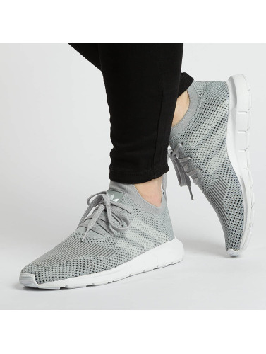 adidas originals Mujeres Zapatillas de deporte Swift Run Pk in gris