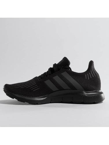 adidas originals Hombres Zapatillas de deporte Swift Run in negro