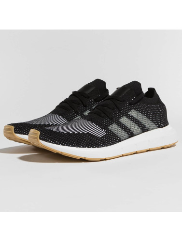 adidas originals Hombres Zapatillas de deporte Swift Run PK in negro