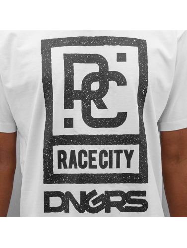 gratis frakt fabrikkutsalg billig salg rabatt Farlige Dngrs Hombres Camiseta Rase Byen In Blanco hyggelig ebay billig pris vwOfW4fSY
