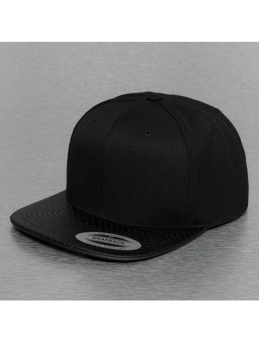 Flexfit Snapback Cap Perforated Visor in schwarz