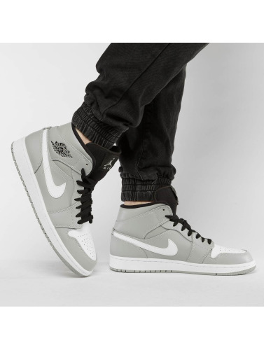 Jordan Hombres Zapatillas de deporte 1 Mid in gris
