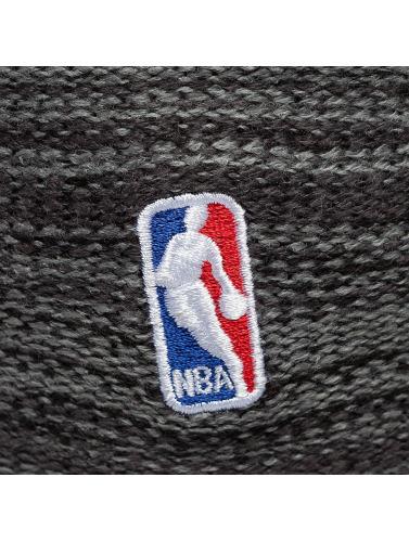New Era Beanie Shadow Tech Knit Cleveland Cavaliers in grau