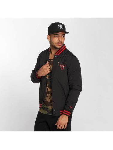 New Era Hombres Chaqueta de entretiempo NBA Chicago Bulls Varsity in negro