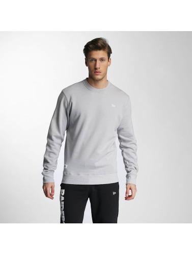 New Era Hombres Jersey Sandwash in gris