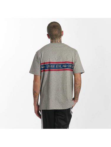 UNFAIR ATHLETICS Hombres Camiseta Athl. Striped in gris