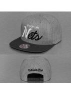 Mitchell & Ness Snapback Cap Tri Pop Special Script Brooklyn Nets grau