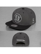 Mitchell & Ness Snapback Cap G3 Brooklyn Nets Logo grau
