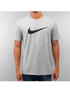 Nike T-Shirt Chest Swoosh grau