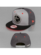 Yums Casquette Snapback & Strapback New Era Classic Outline gris