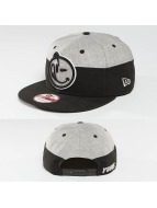Yums Snapback Cap New Era Classic Divided schwarz
