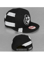 Yums Snapbackkeps New Era Straight Black Tag svart